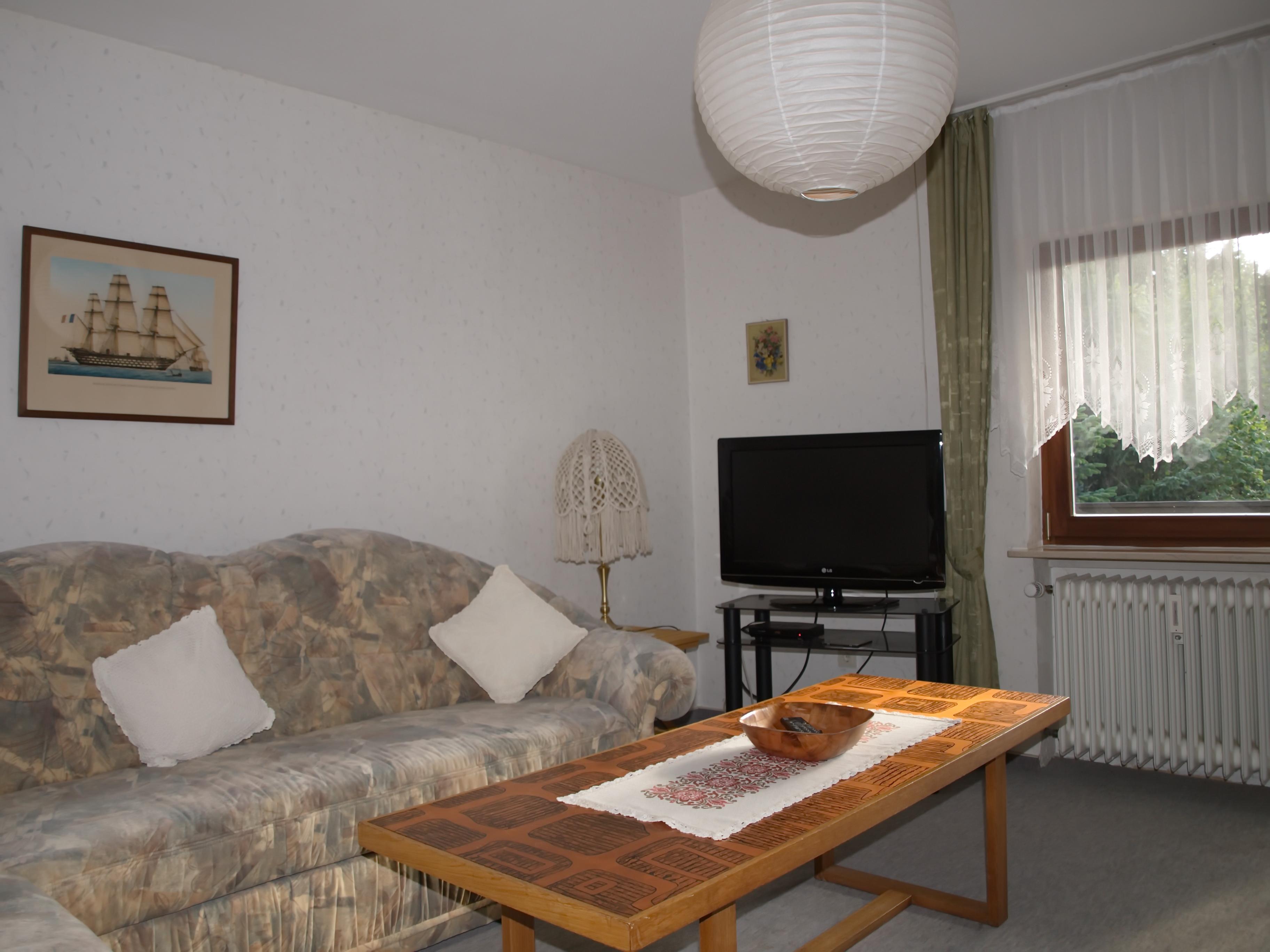 Wohnzimmer mit Flachbild-Fernseher