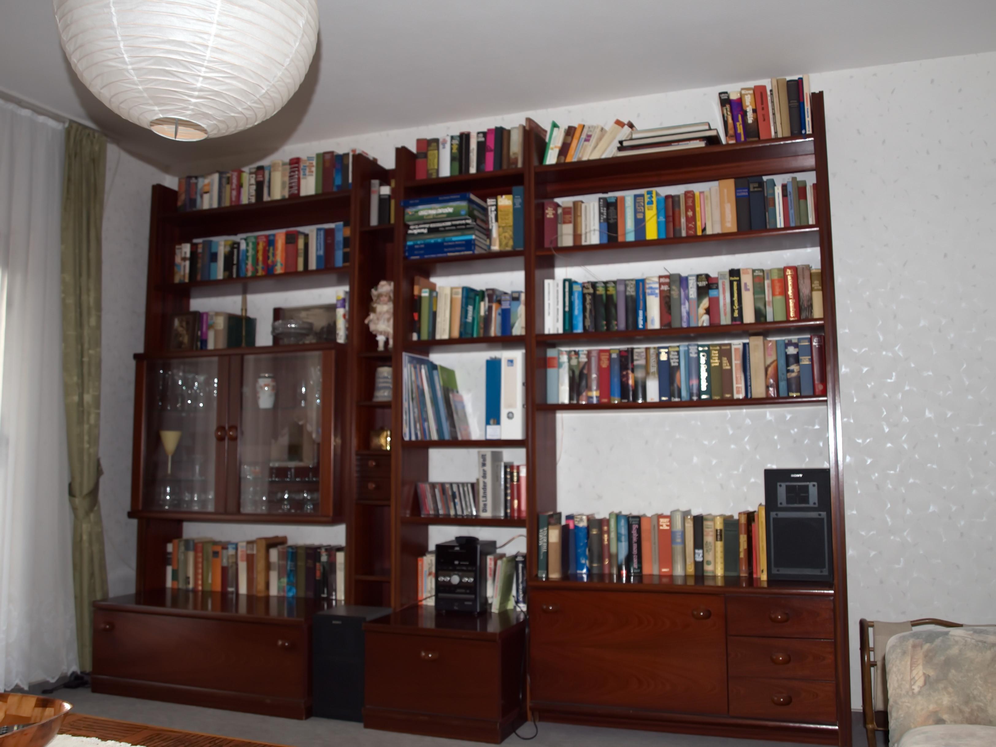 Schrankwand mit Literatur und Stereo-Anlage
